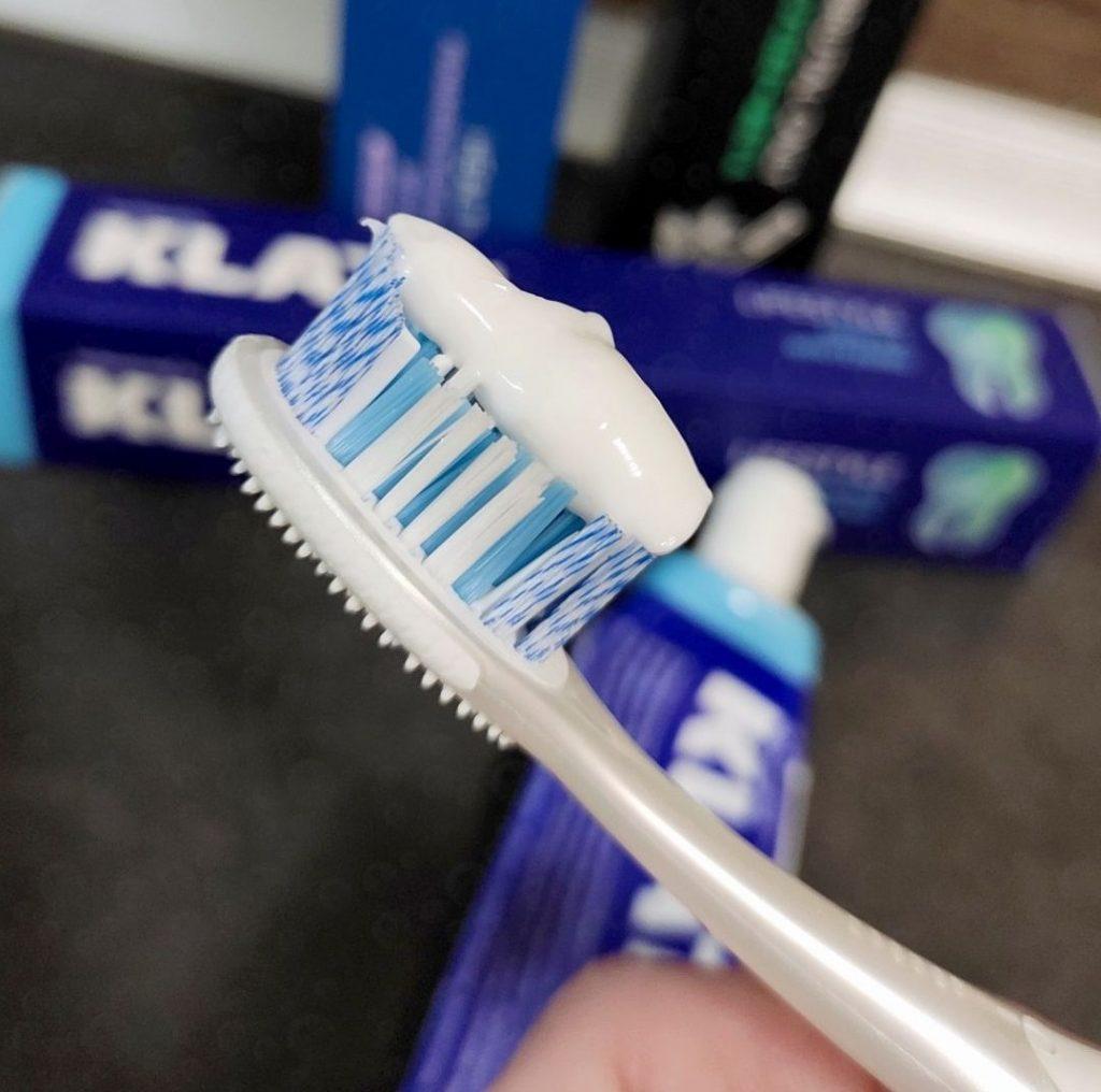 Как отбелить зубы пастой
