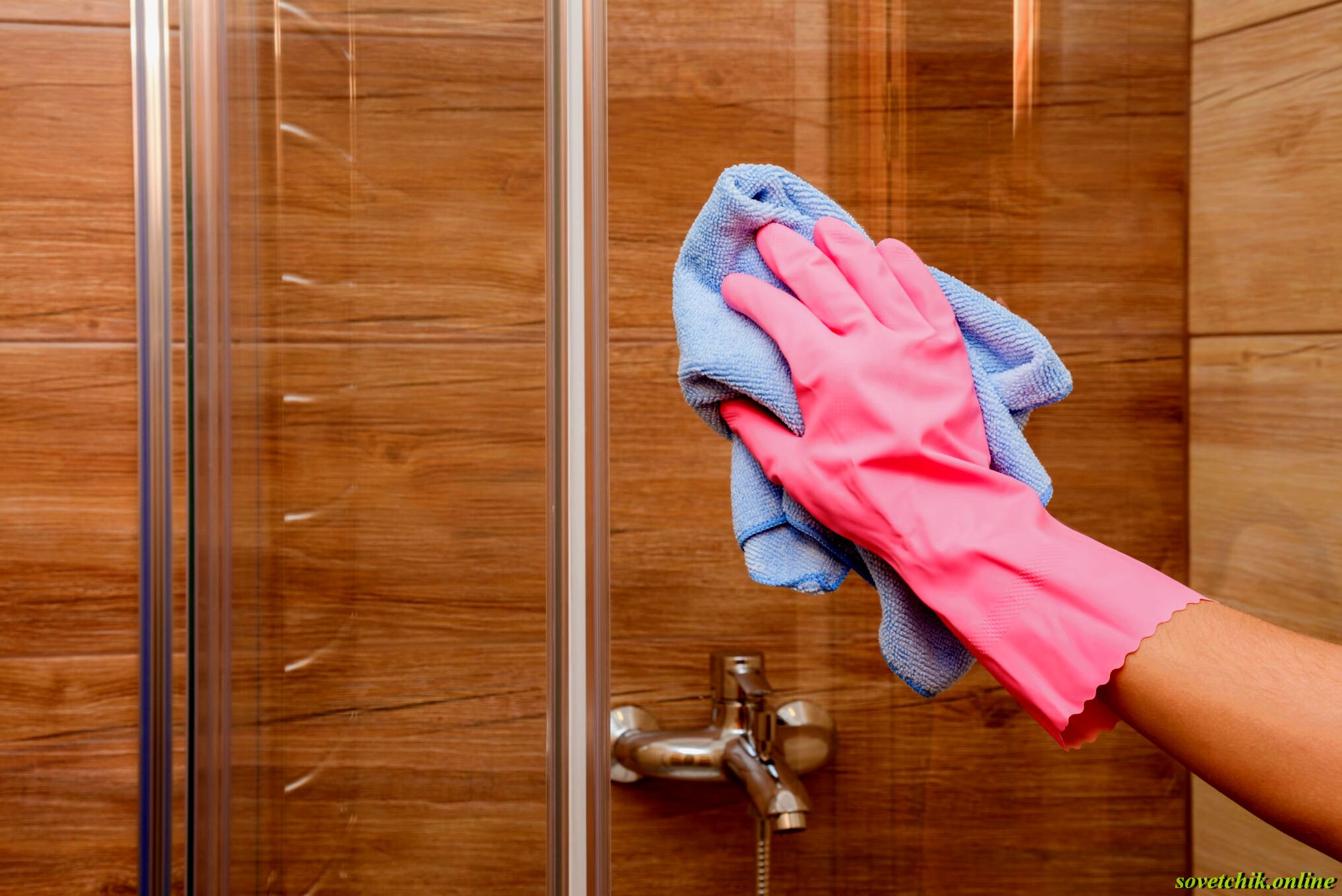 Как отмыть стеклянную дверь в душе
